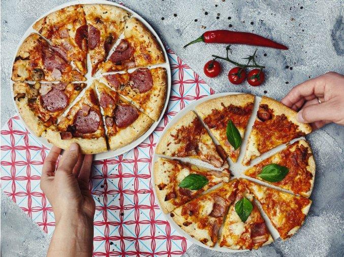 Kámen na pizzu v bílé barvě, kovový podnos na servírování