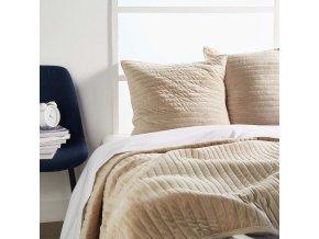 Přehoz béžové barvy s dekorativními polštářky, přehoz na postel, přehoz na lenošku, moderní přehozy na postel do ložnice