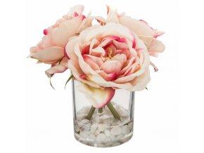 Váza s kyticí umělých růžových květin s dřevěnými stonky