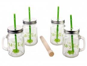 Čtyři sklenice s kovovými víčky a plastovými brčky v sadě s dřevěnou paličkou na mojito
