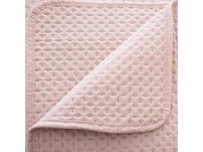 Přehoz o rozměrech 240 x 260 cm a dva povlaky na polštář velikosti 60 x 60 cm ve světle růžové barvě