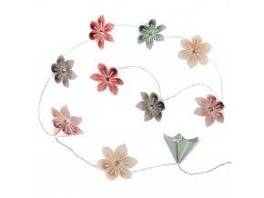 LED osvětlení dekorace skládající se z pastelových květů složitě složené origami.