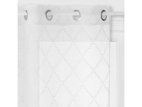 Záclona se všitými kroužky, bílá barva a geometrické tvary  kosočtverců se hodí do každého interiéru – 240x140cm