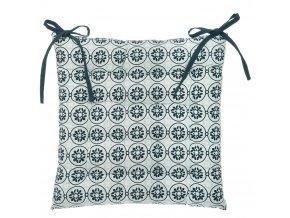 Modrý polštář na židli ze vzorované tkaniny, dekorační poduška a pohodlné sezení v jednom
