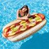 Nafukovací lehátko, vychytávka pro plavání ve tvaru hot dogu, která zpříjemní zábavu ve vodě