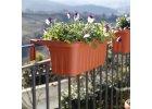 Balkonové truhlíky na zábradlí