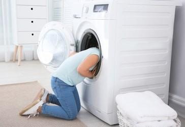 Pranie obliečok môže byť zábava.