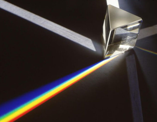 I.+Newton_+paprsek+světla+rozložený+trojbokým+světelným+hranolem+na+pruhy+barevných+světel