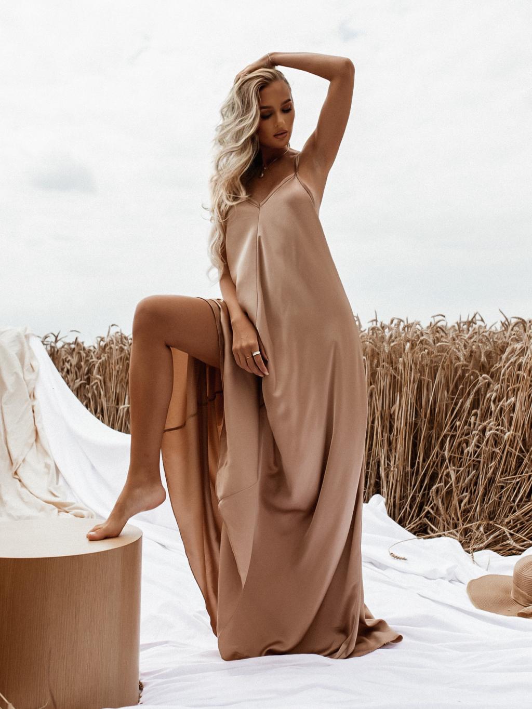 Světle hnědé dlouhé lesklé šaty HAYLEY