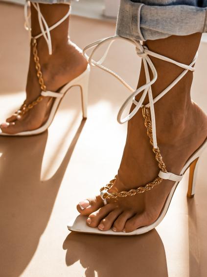 Bíle šněrovací boty na podpatku Melanie se zlatým řetízkem