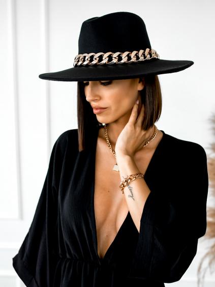 Černý klobouk PAISLEY s řetízkem