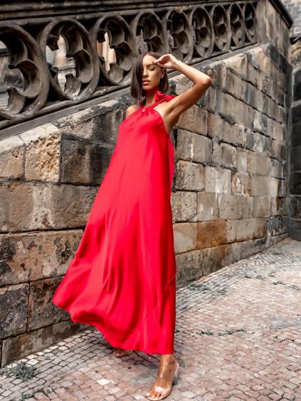 Červené dlouhé lesklé šaty ERIAH s vázáním kolem krku