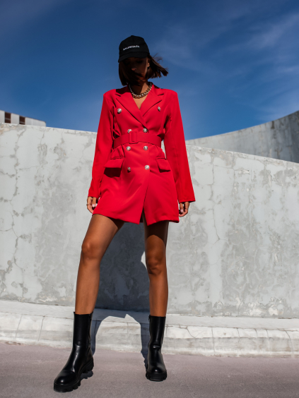 Červené elegantní šaty PRISTINE se zlatými knoflíky a opaskem
