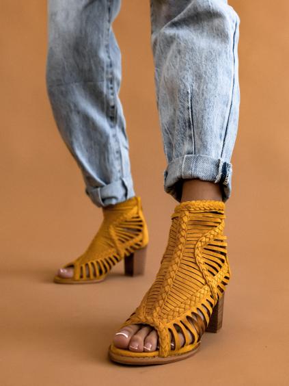 Žlté semišové topánky na podpätku OAKLEY (Velikost 41)