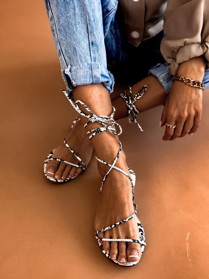 Bieločiernej šnurovacie sandálky CLOSE (Velikost 41)