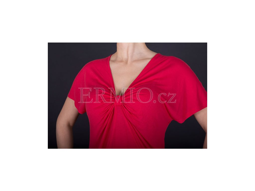 d89b3fb619c6 Luxusní Dámské luxusní červené tričko Armani v e-shopu   Ermio Fashion