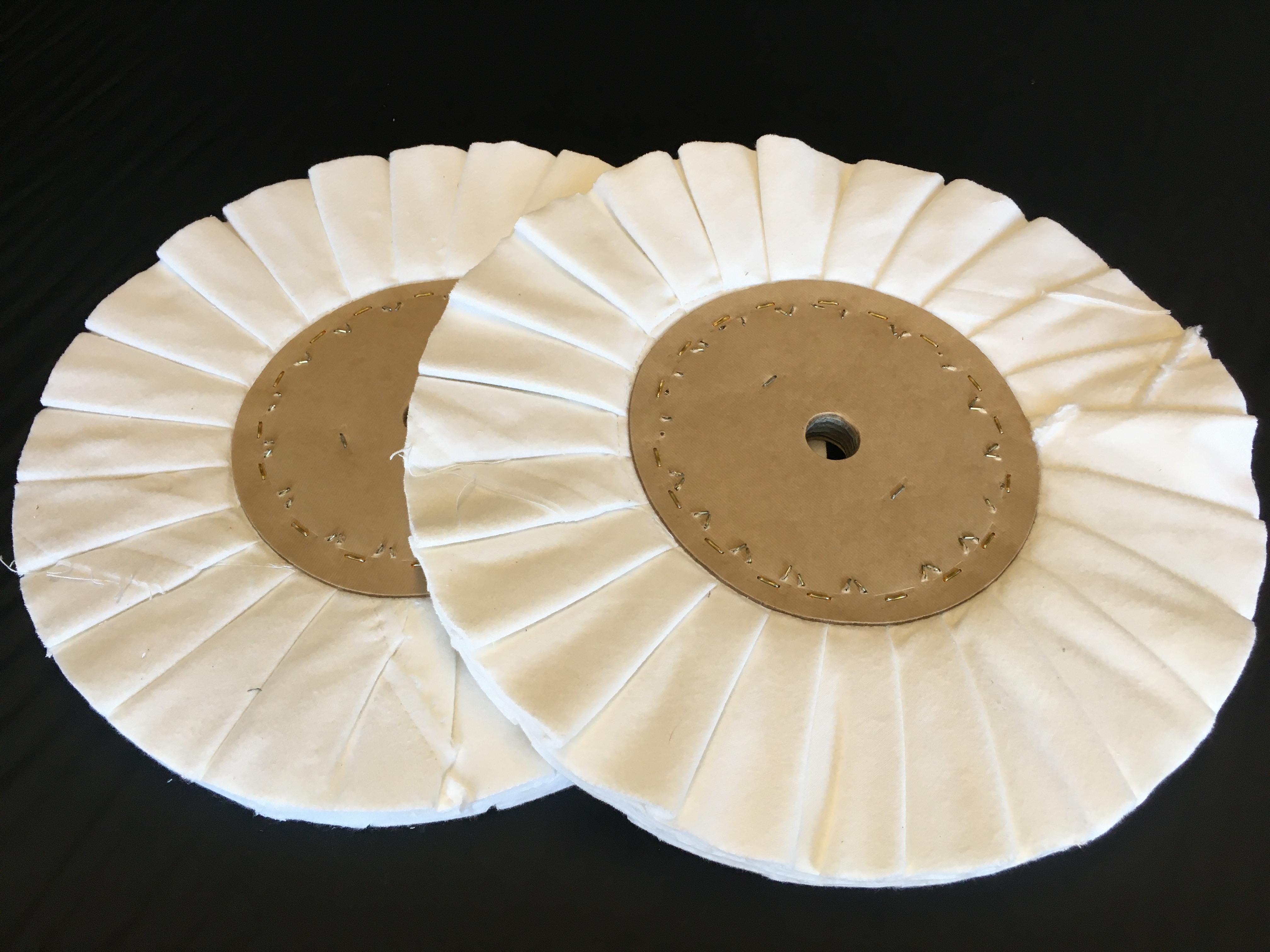 Na výrobu skládaného kotouče používáme přírodní materiály bez syntetiky. V případě potřeby, ale zajistíme potřebnou impregnaci. V tomto případě jde o počesané molino, které je velmi měkké, přitom pevné a proto se hodí například pro leštění plastu a někter