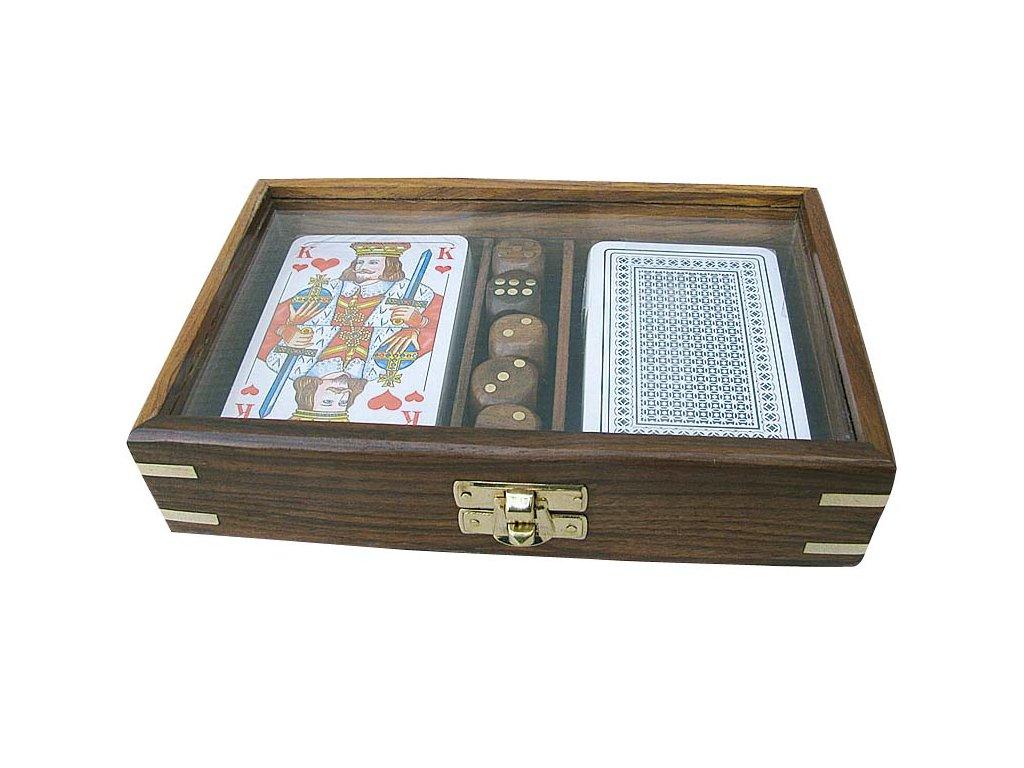 Karty a kostky v průhledném dřevěném boxu