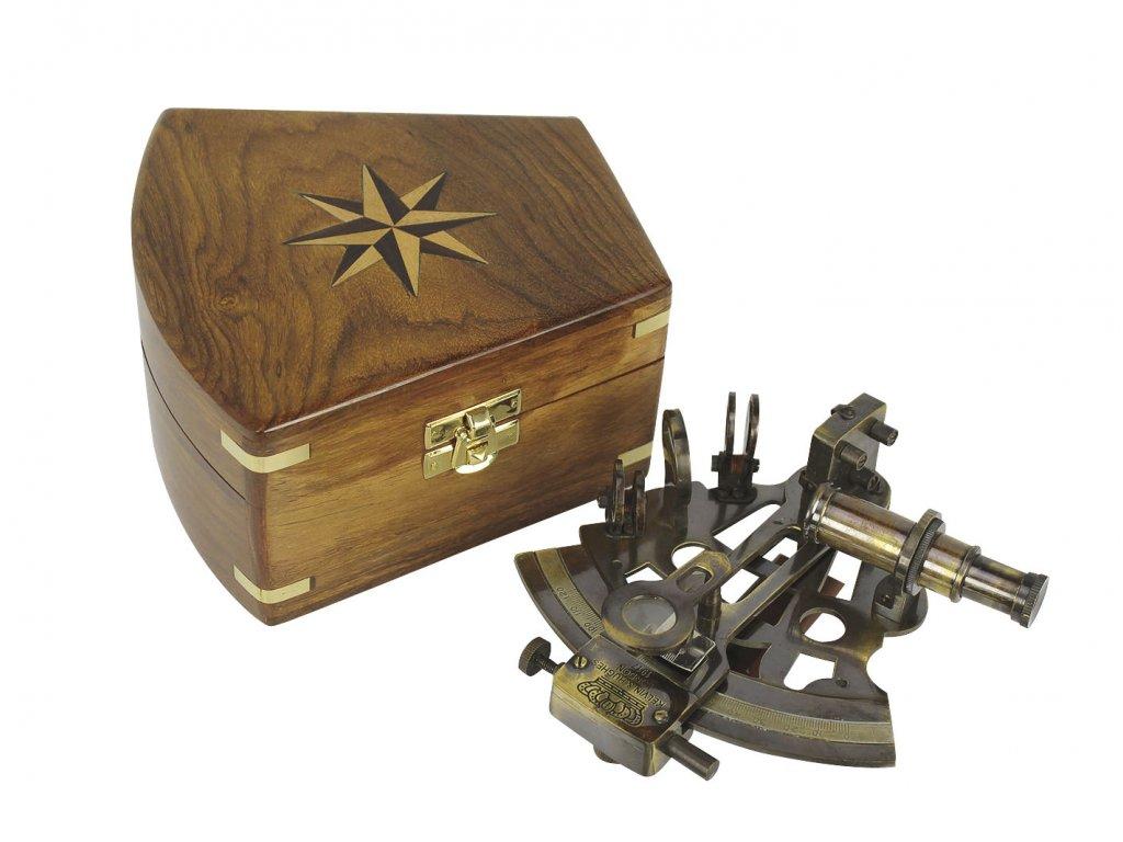 Sextant mosazný antik v dřevěném boxu 12,5 x 13 cm
