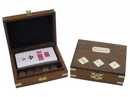 Tarotové karty a kostky v dřevěné krabičce