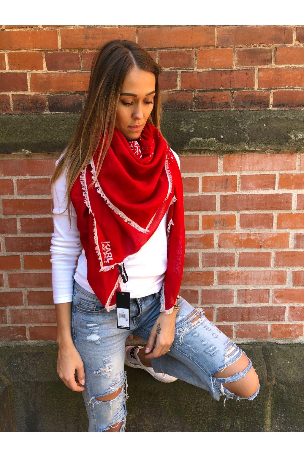 damsky satek karl lagerfeld abstract print fringed scarf rouge eshopat cz 1