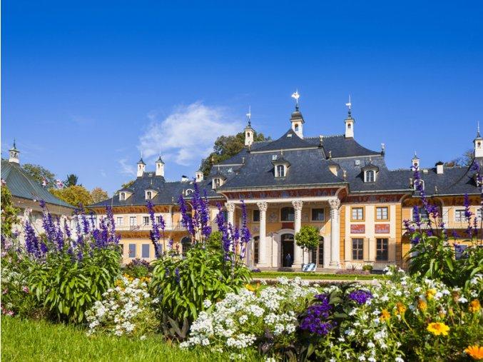 Schloss Park Pillnitz Wasserpalais mit Blumen