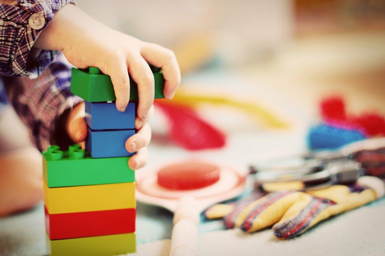 Velké stavební kostky jako hračka je s námi po desetiletí