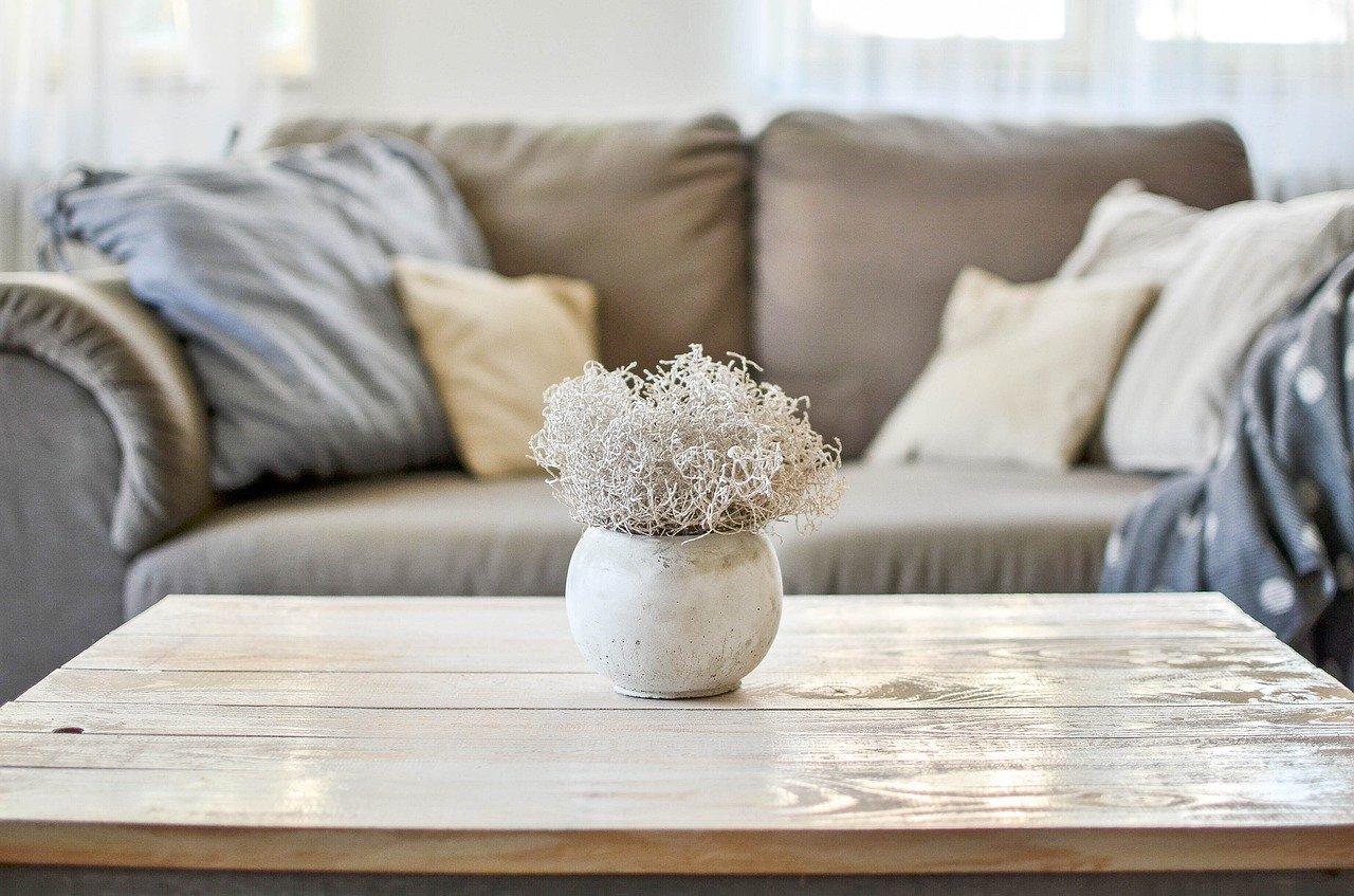 Vychytávky pro malý obývací pokoj. Jak ho udělat opticky větším?