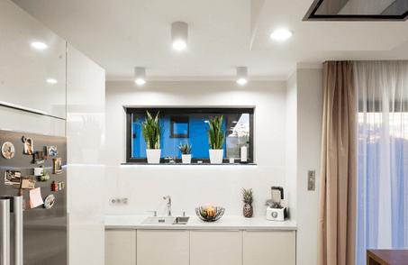 Osvetlenie otvorenej kuchyne do obývačky od Kanluxu.