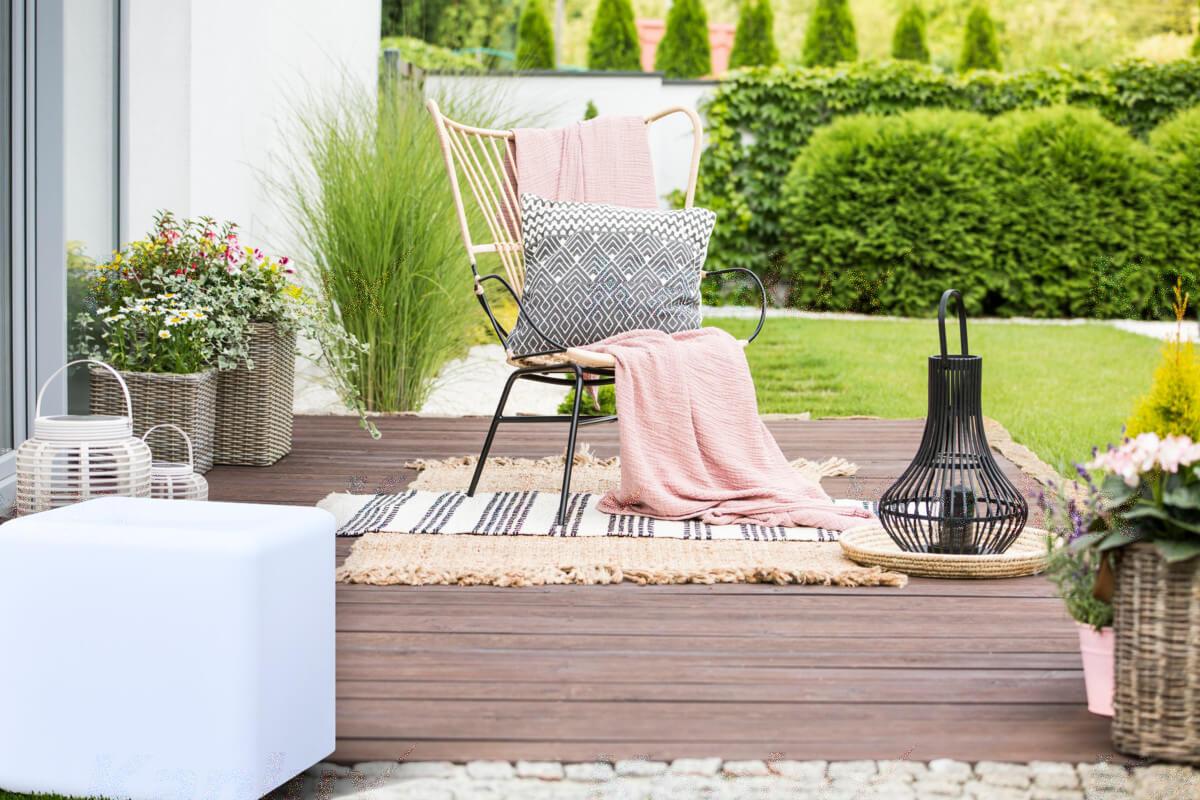 Moderné vonkajšie osvetlenie UBOS pre záhrady, terasy a tiež pre osvetlenie balkónov.