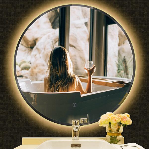 Zrkadlo sosvetlením je dobrý nápad pri zariaďovaní kúpeľne.