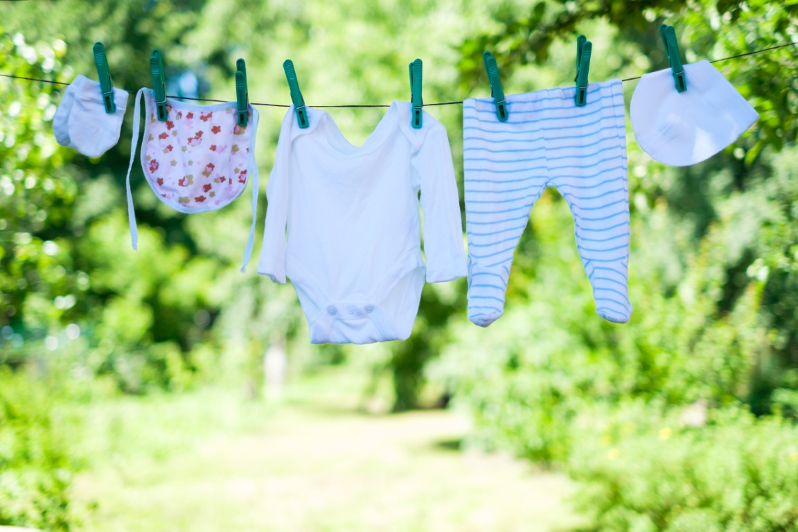 baby-clothes-on-clothesline-in-garden-G9AUNHS