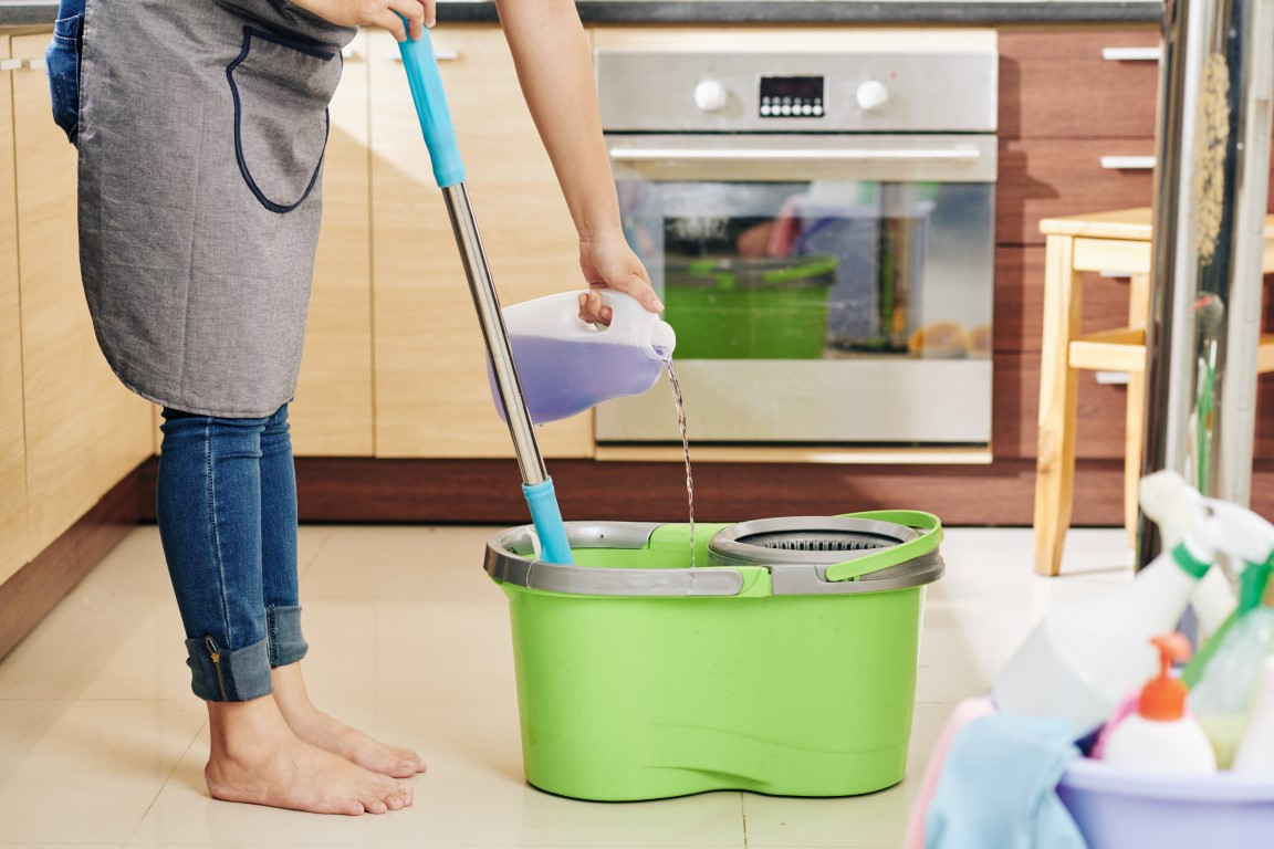 housewife-pouring-floor-cleaning-liquid-EX63NEE