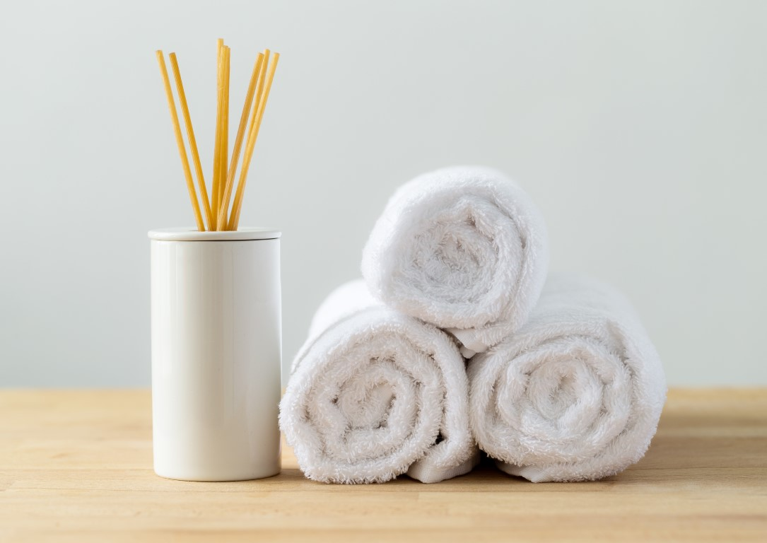 scented-woods-and-white-towel-for-spa-MNQ5GZA