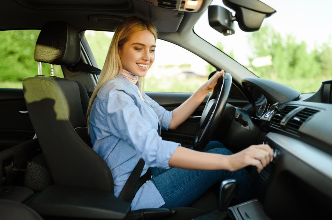 smiling-female-student-in-the-car-driving-school-FFNYLH2