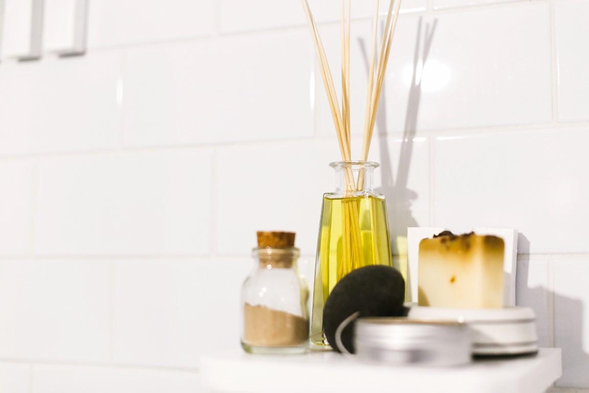 zero-waste-bathroom-concept-eco-natural-shampoo-82S2QR9