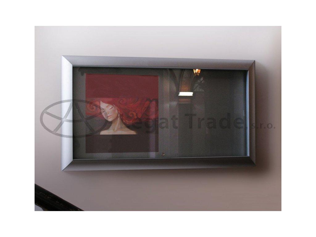 Závěsná vitrína se širokým profilem s posuvnými skly