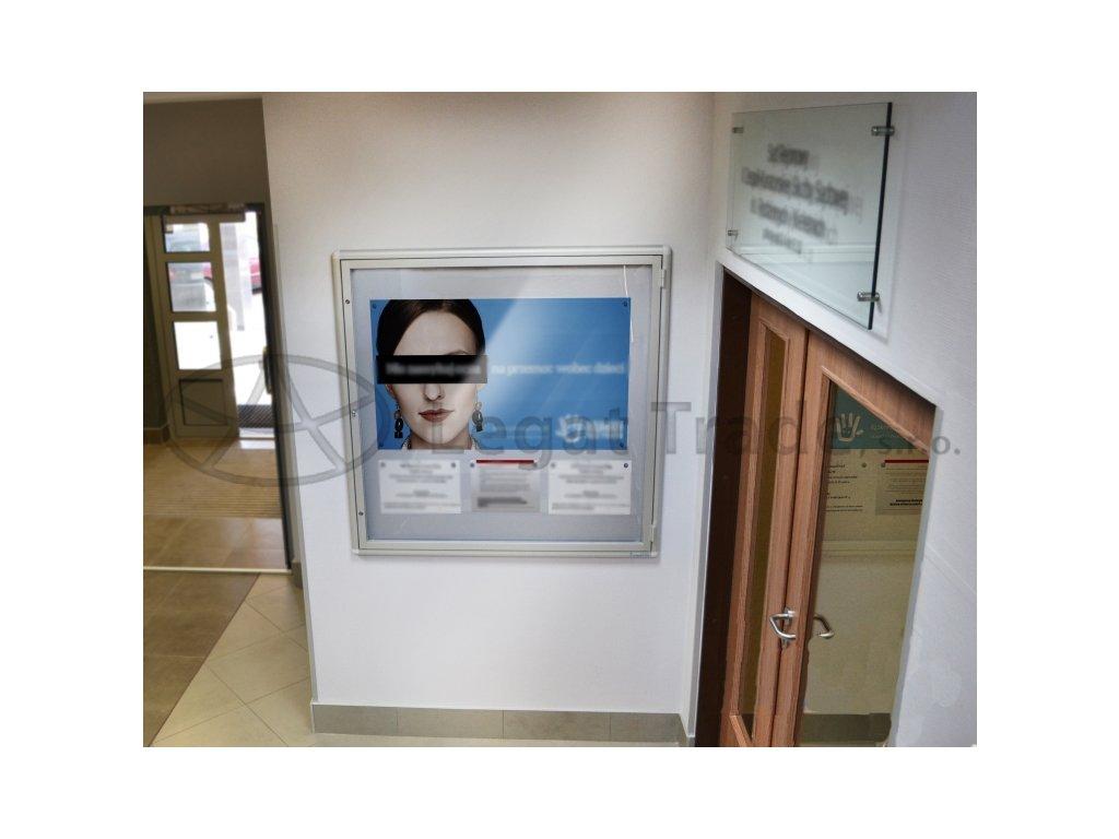 Závěsná vitrína se zaobleným profilem výklopná