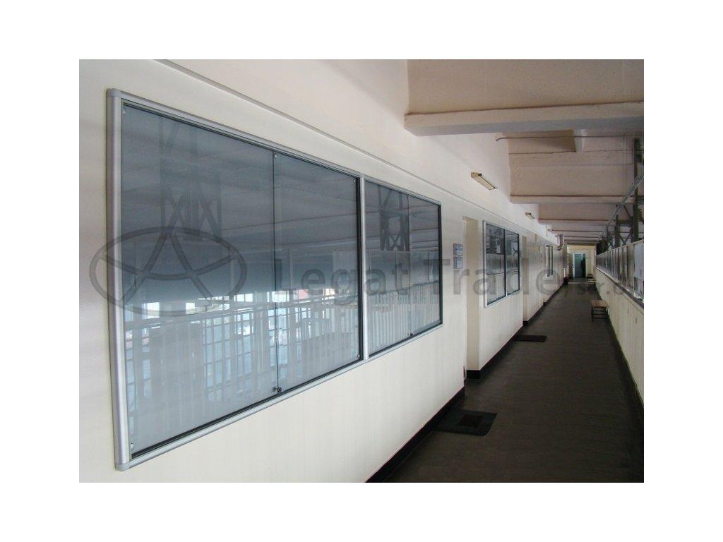Závěsná vitrína se zaobleným profilem s posuvnými skly