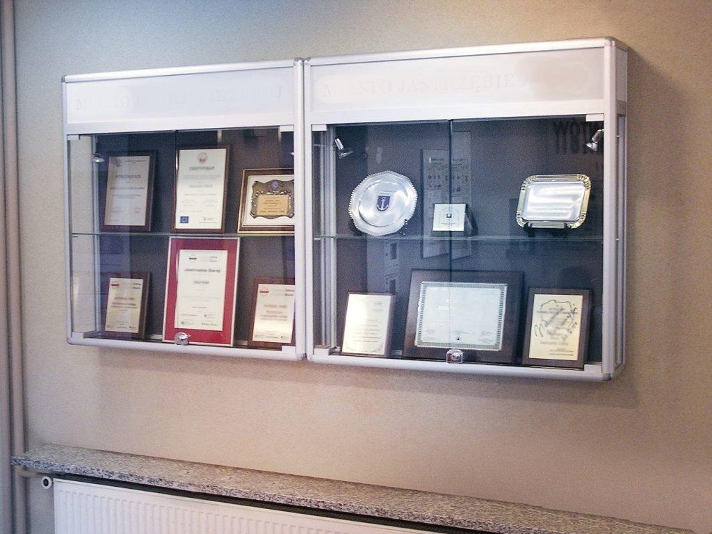 ZAV02K Závěsná prosklená vitrína s informačním pruhem kalené sklo