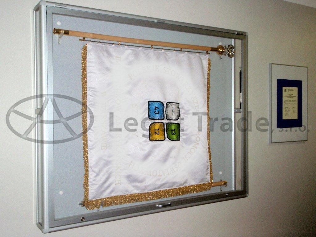 VNV04 Vitrína na vlajku boční stěny sklo