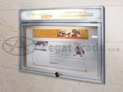 Závěsná vitrína s úzkým profilem s informačním proužkem