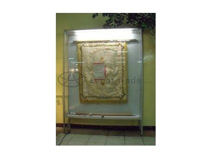 VNV03 Nástěnná vitrína s opěrkami na vlajku nebo zástavu