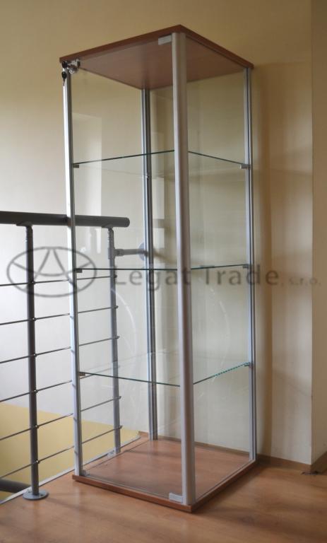 Výstavní vitrína na zboží /kalené sklo/ Název: 50 x 50 x 180 cm, zadní část sklo