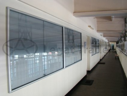 Závesná vitrína so zaobleným profilom s posuvnými sklami