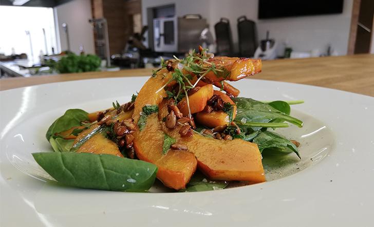 Pečená dýně se slunečnicovými semínky a bylinkami, špenátový salát