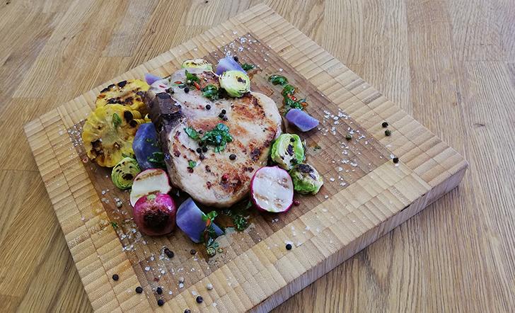 Vepřový T-bone steak, grilovaná zelenina, fialové brambory, bylinkové pesto