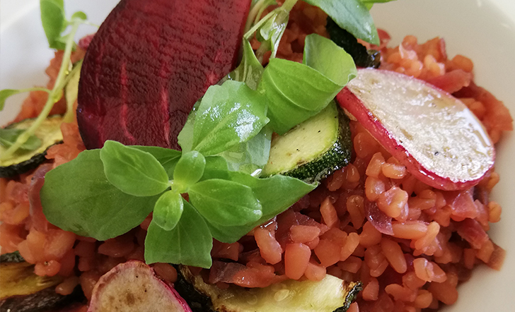 Bulgur s červenou řepou, grilovanou cuketou a ředkvičkou - varianta s tofu