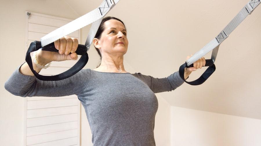 Prsní svaly ramene ramena romboid cviky TRX pásy