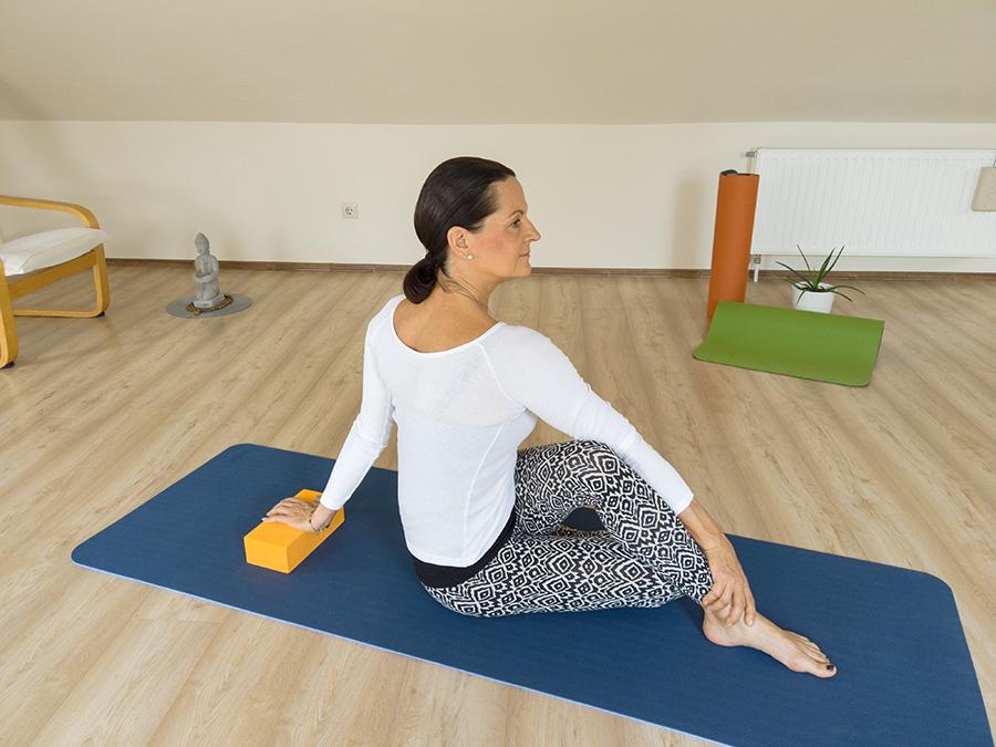 B. Karunk hosszabbításaként a gerinc függőleges irányú nyújtását segíti